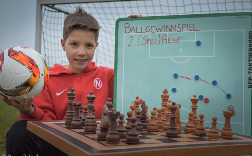 Haben Schach und Fußball Gemeinsamkeiten? Na, klar! Zwei Mannschaften begegnen sich auf einem abgesteckten Feld, und die Regeln sind bereits uralt!