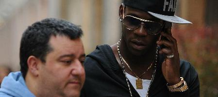 """Zwischen Genie und Wahnsinn: Mario Balotelli! OGC Nizza scheint seine letzte Chance zu sein. Berater Mino Raiola ist als """"Sozialpädagoge"""" und """"Vater"""" gefragt, bewirft Jürgen Klopp aber mit Dreck"""