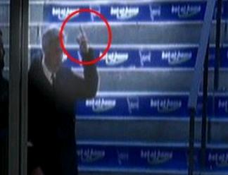 Carlo Ancelotti zeigt Emotionen und seinen Mittelfinger in Richtung Hertha-Fans! Was dürfen Trainer und zahlende Fans in der Öffentlichkeit?