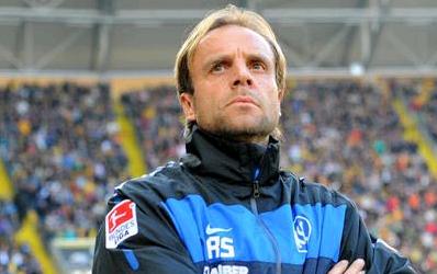 Trainer-Biografie und Karriere: Rainer Scharinger kennt den Fußball wie kaum ein anderer – Als ehemaliger Profispieler und Aufstiegscoach bildet er heute angehende Trainer aus! Ganz nebenbei engagiert sich Scharinger ehrenamtlich…