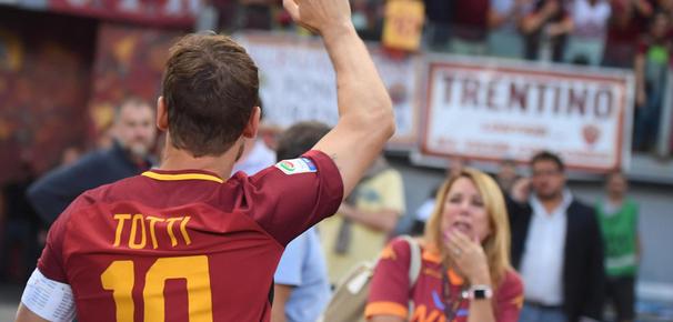 Fußball, Karriere und Biografie: Francesco Totti, Romas Legende, nahm also Abschied, und das mit einem Sieg! Bereits früh im Mai verfasste Totti einen Brief an seinen Herzensclub: Was für eine große Liebe! Zur AS Roma, seiner Stadt und Mutter: viva la Mamma…