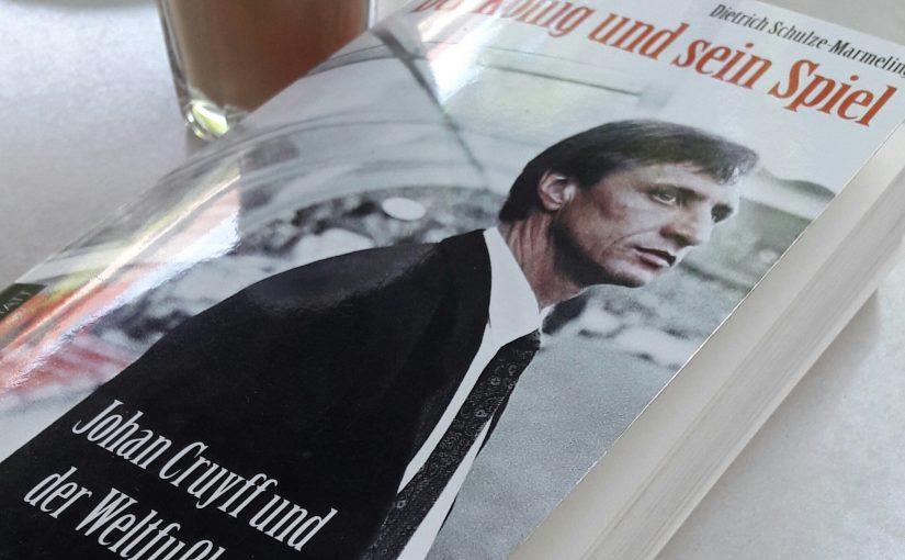 """Biografie, Karriere: Da kommen selbst Pelé, Beckenbauer und Maradona nicht mit! Johan Cruyff bleibt auch nach seinem Tod als Legende und """"Spielentwickler"""" sowie Barca-Erfinder lebendiger denn je…"""