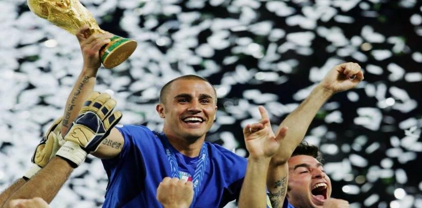 """Fußball, Geschichte: Der italienische Fußball muss sich neu erfinden – Zu Recht stellt der ehemalige Weltmeister-Spieler Fabio Cannavaro fest, """"Präsident Tavecchio ist weg, aber wie geht es weiter?"""" Die Azzurri müssen einen eigenen Weg aus der Misere finden…"""